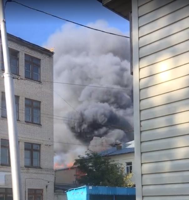 В районе «Пигмента» горит ангар готовой продукции