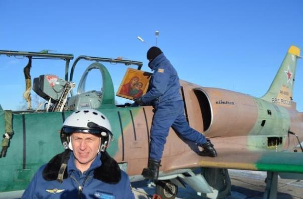 Мичуринские военные летчики облетели город с иконой