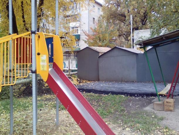 Городские власти разрешили построить гараж на месте детской площадки