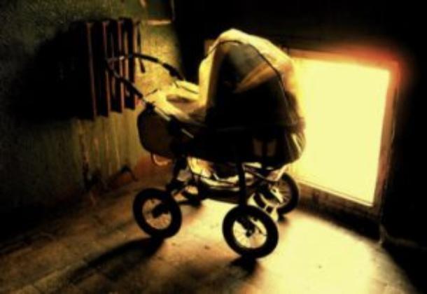19-летняя мать «прикурила» коляску со своим ребенком