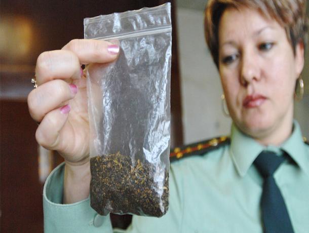 При задержании за хранение наркотиков подросток пытался проглотить пакет со спайсом