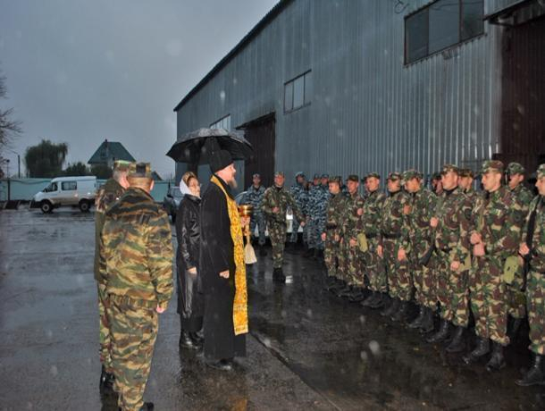 Дождь и святая вода окропляли лица омоновцев, отправляющихся на вахту в Чечню