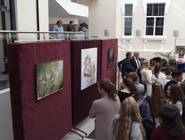 В областной думе открылась выставка народного художника России