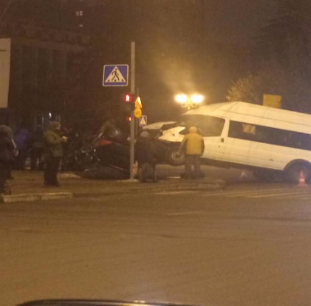 ВТамбове маршрутка протаранила легковую машину и«встала надыбы»: есть пострадавшие