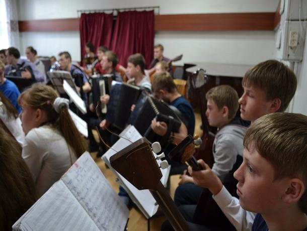 Тамбовский детский оркестр народных инструментов саккомпанирует в Москве Ларисе Долиной