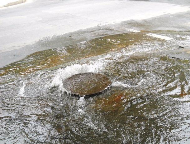 Прокуратура разбирается с АО «ТКС» по вопросу дома, затопленного сточными водами и фекалиями
