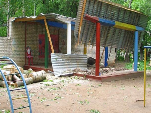 В детском саду в Знаменском районе устроили строительную свалку на месте беседки