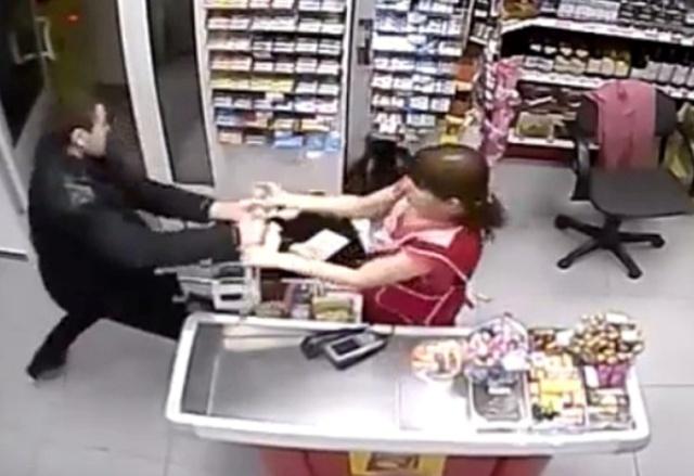 Нетрезвый тамбовчанин похитил упродавщицы торгового павильона 40 руб.