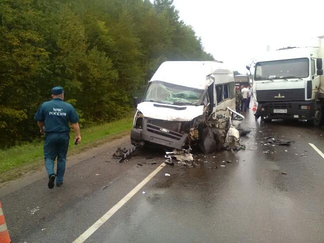 На трассе Рассказово-Тамбов столкнулись лоб в лоб фура и микроавтобус