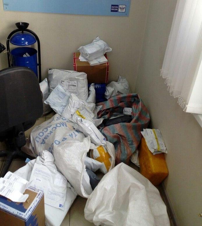 В центре зала, без разбора и охраны валяются посылки в одном из отделений почтовой связи Тамбова