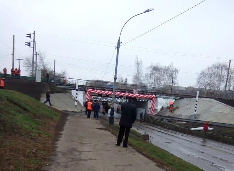 Автобусы разрушили ограничитель по высоте перед мостом на Коммунальной