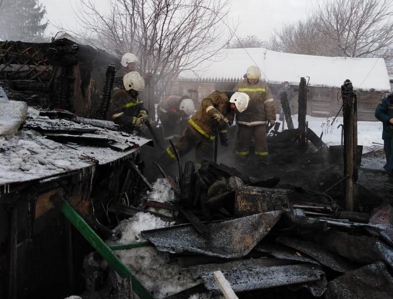 Трое взрослых и пятилетний ребенок сгорели в Сатинке в частном доме