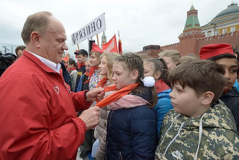 В Москве на Красной площади КПРФ приняла в пионеры школьников из 15 регионов России