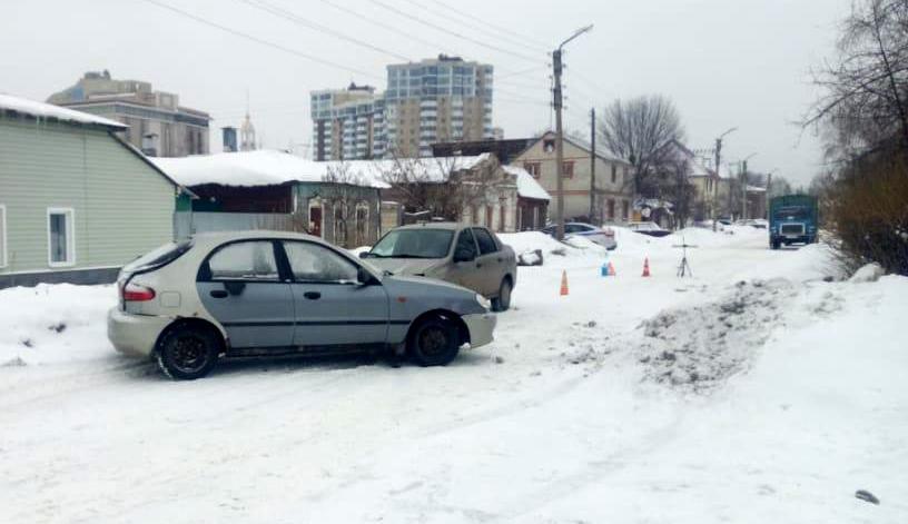 Женщины рулят! Две дамы не разъехались в узком месте на Комсомольской в Тамбове