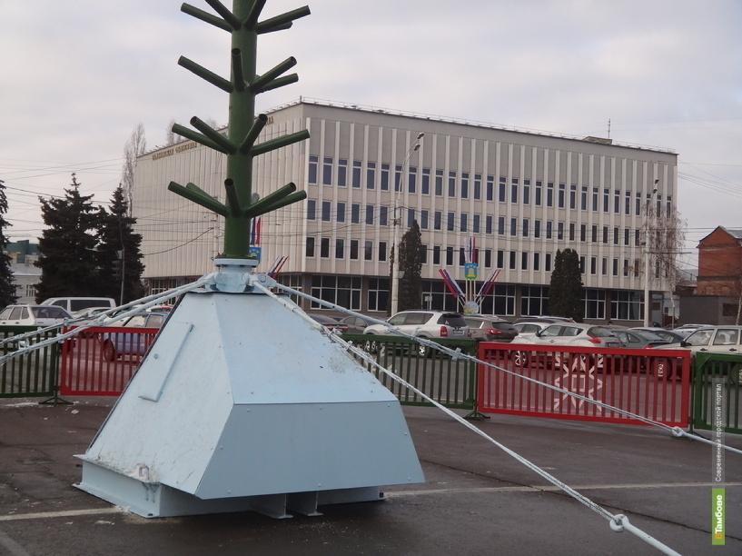 В Тамбове на главной площади города начали монтировать елку