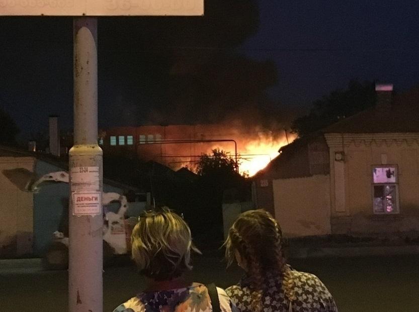 Сильный пожар произошел в нескольких метрах от жилых домов в центре Тамбова
