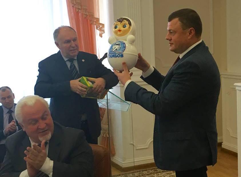 Глава города Котовска представил губернатору Тамбовской области новогоднюю неваляшку