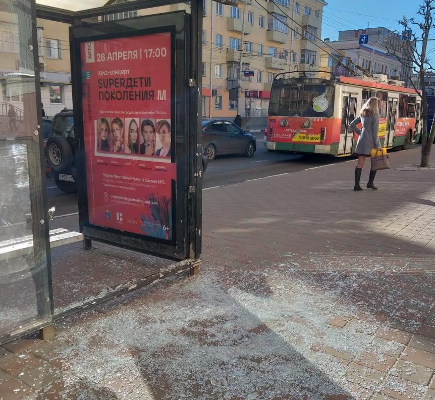 В Тамбове вандалы разбили остановку на Советской