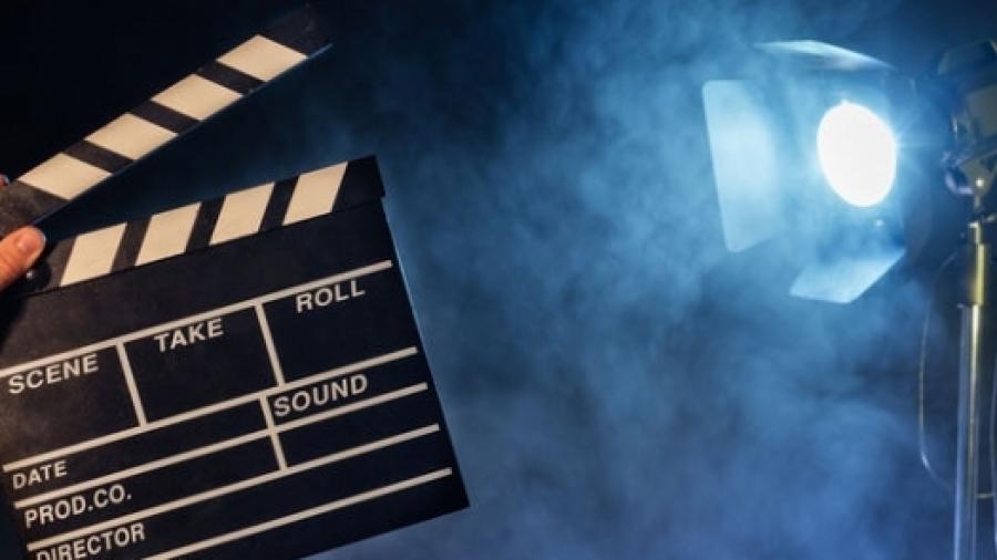 Гибсон, словари и духи: обзор грядущих апрельских кинопремьер