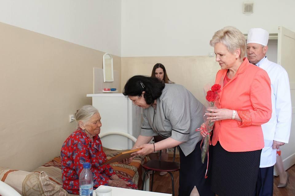 Подарки и поздравления получили ветераны, находящиеся на лечении