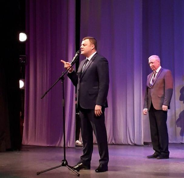 Александр Никитин со сцены тамбовтеатра трогательно поздравил жену с 8 марта