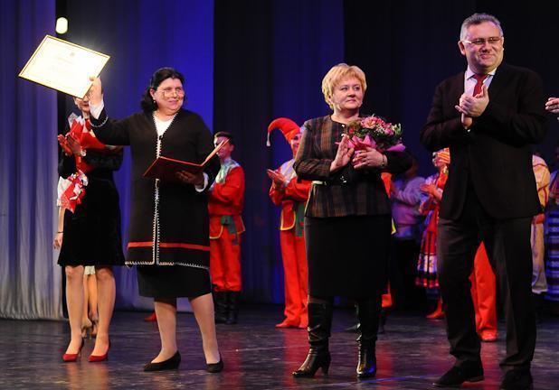 Сертификат на 1,5 миллиона рублей вручили ансамблю «Ивушка» в честь его 50-летия