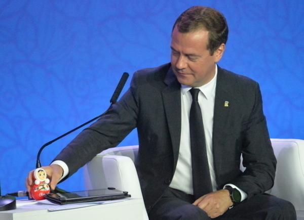 Глава Котовска подарил премьеру неваляшку