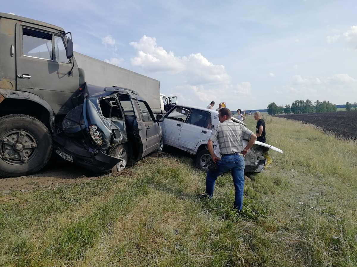 КамАЗ смял восемь машин на трассе в Тамбовском районе