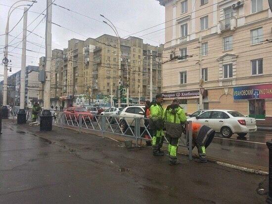 На перекрестке улиц Чичканова и Советская начали устанавливать ограждения