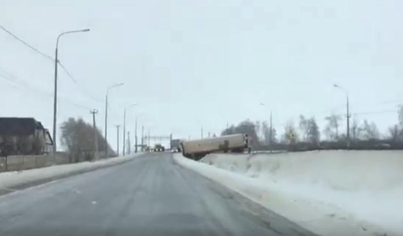 Последствия ледяного дождя: фура вылетела с трассы у Красносвободного