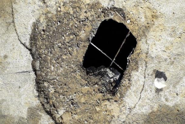 Большая яма на тротуаре по улице Чичерина наводит страх на тамбовчан