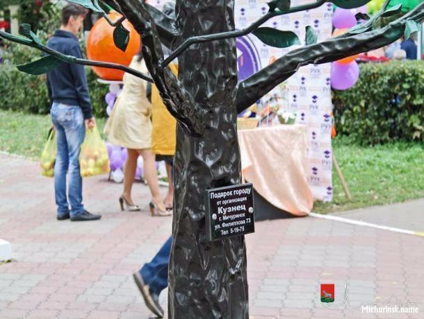 Ко Дню садовода в Мичуринске посадили железную яблоню, на которой «взрастут» укроп и арбузы