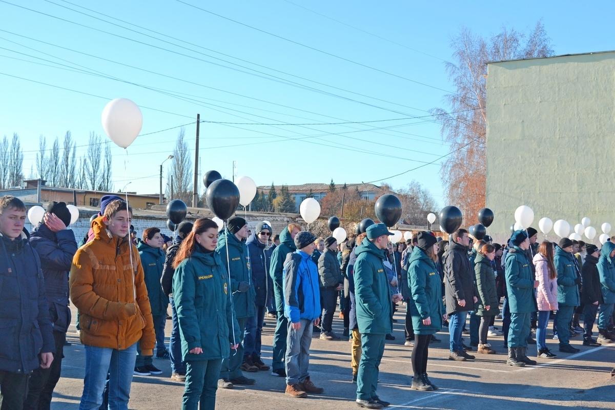 В памяти жертв ДТП в Тамбове в небо выпустили 123 белых шара